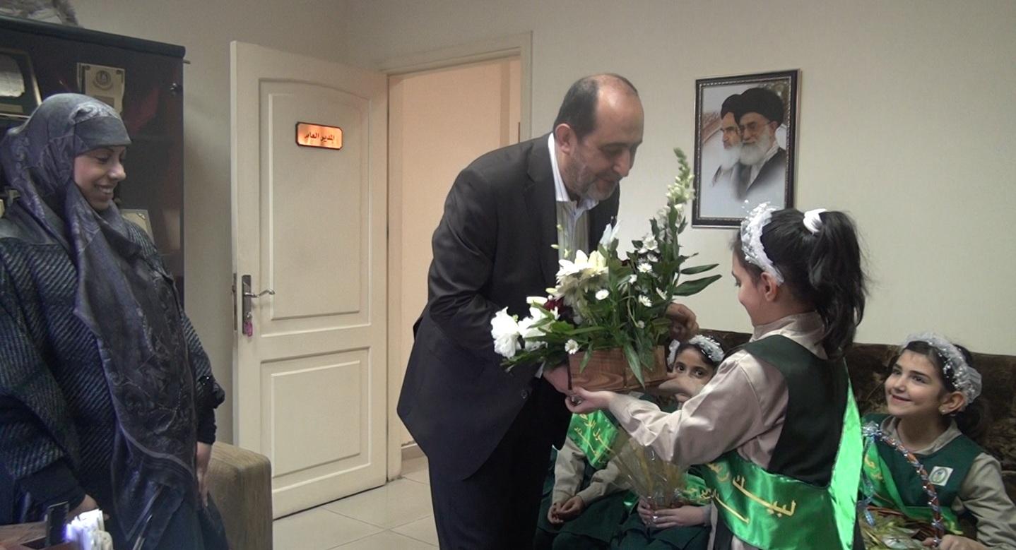 طلاب مدارس المصطفى(ص) وثانوية الإمام الخميني (قدس) يوزعون الهدايا على أيتام الإمداد